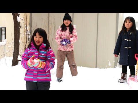 父とスリル満点雪合戦を楽しむ三姉妹