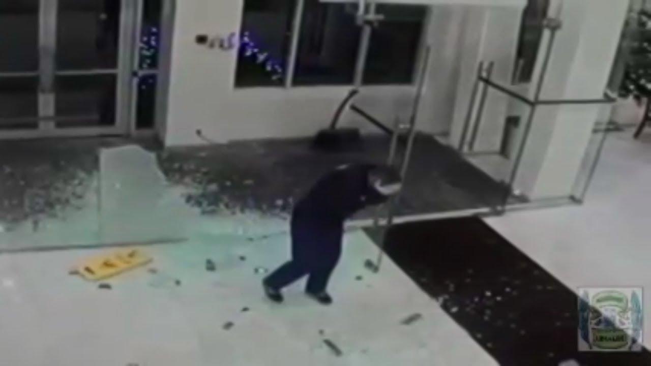 【衝撃映像】ガラスと知らずに突っ込む人達 脳震とう