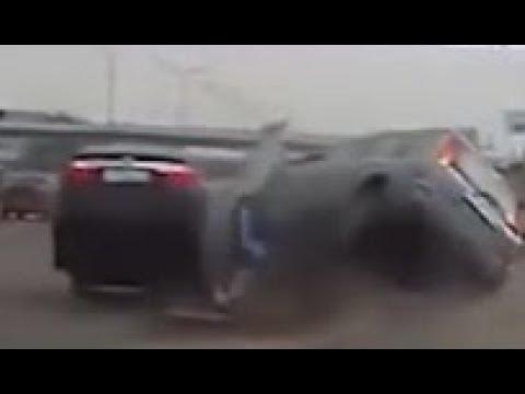 海外衝撃事故映像 ドラレコ撮影 当たり屋登場失敗逆切れ瓶を投げつける