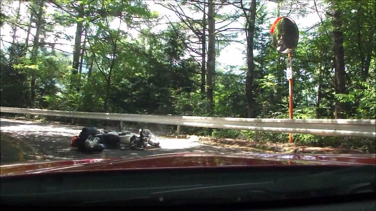 バイクに突然のアクシデント。転倒事故の瞬間。