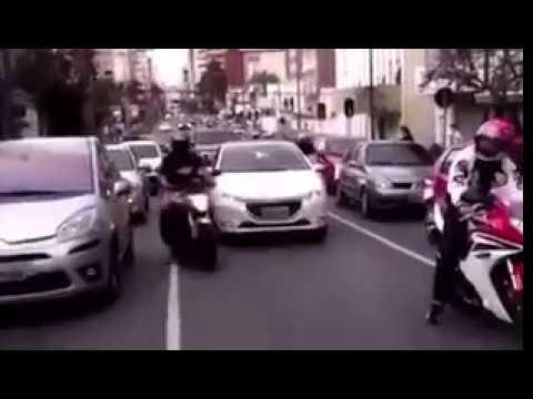 【すご技】ケンカを売ってくるバイク集団のすご技。これじゃ追いかけれない・・・。