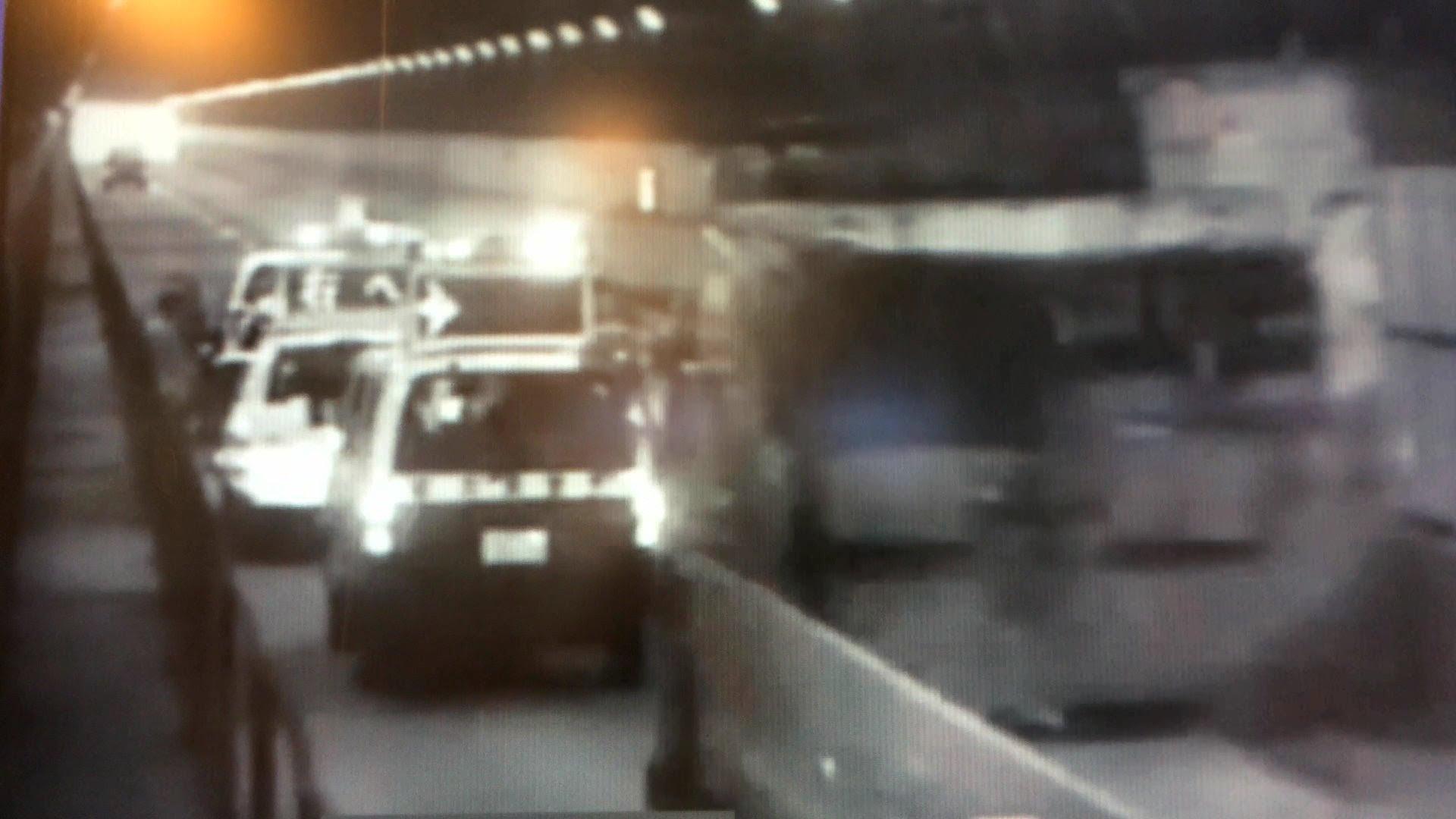 警察車両にトラックが追突、大破 これで怪我人無し 運の良い人たち