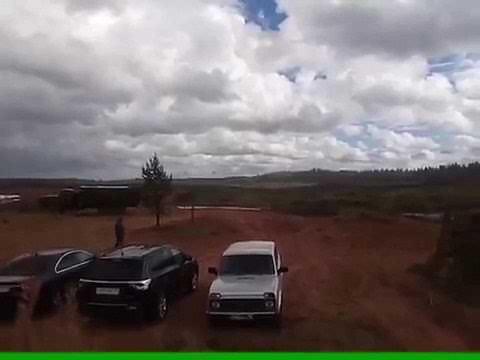 おそロシア、軍のヘリコプターがロケット弾を民間人に向け発射