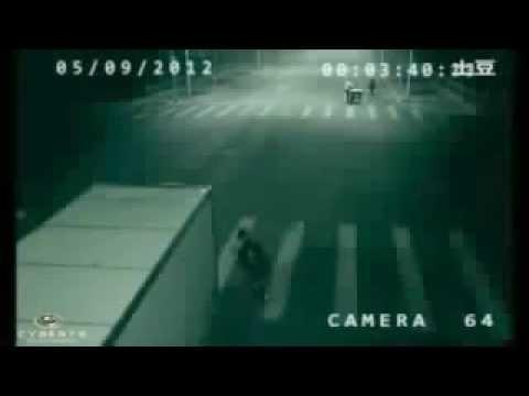 交差点の監視カメラ  瞬間移動で事故を回避