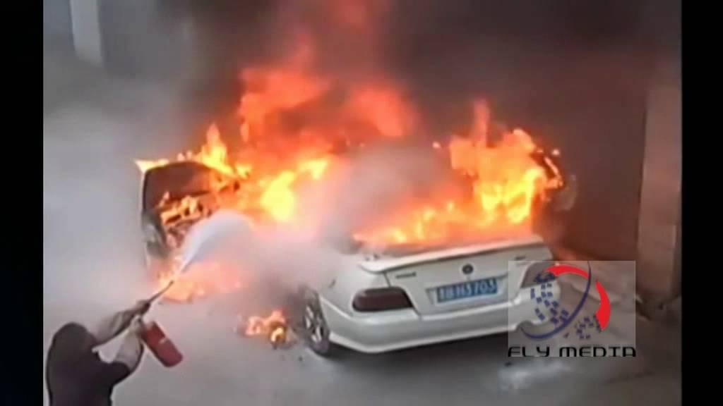 """【衝撃】子供のいたずらによる""""悲劇"""" 爆竹で車が全焼!"""