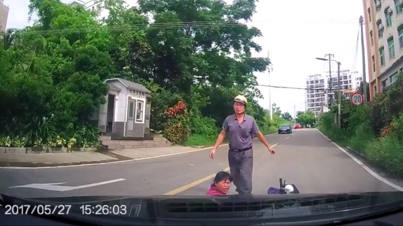 カバンを落として急停車するバイクを盛大に轢いたらおばちゃんブチ切れwww