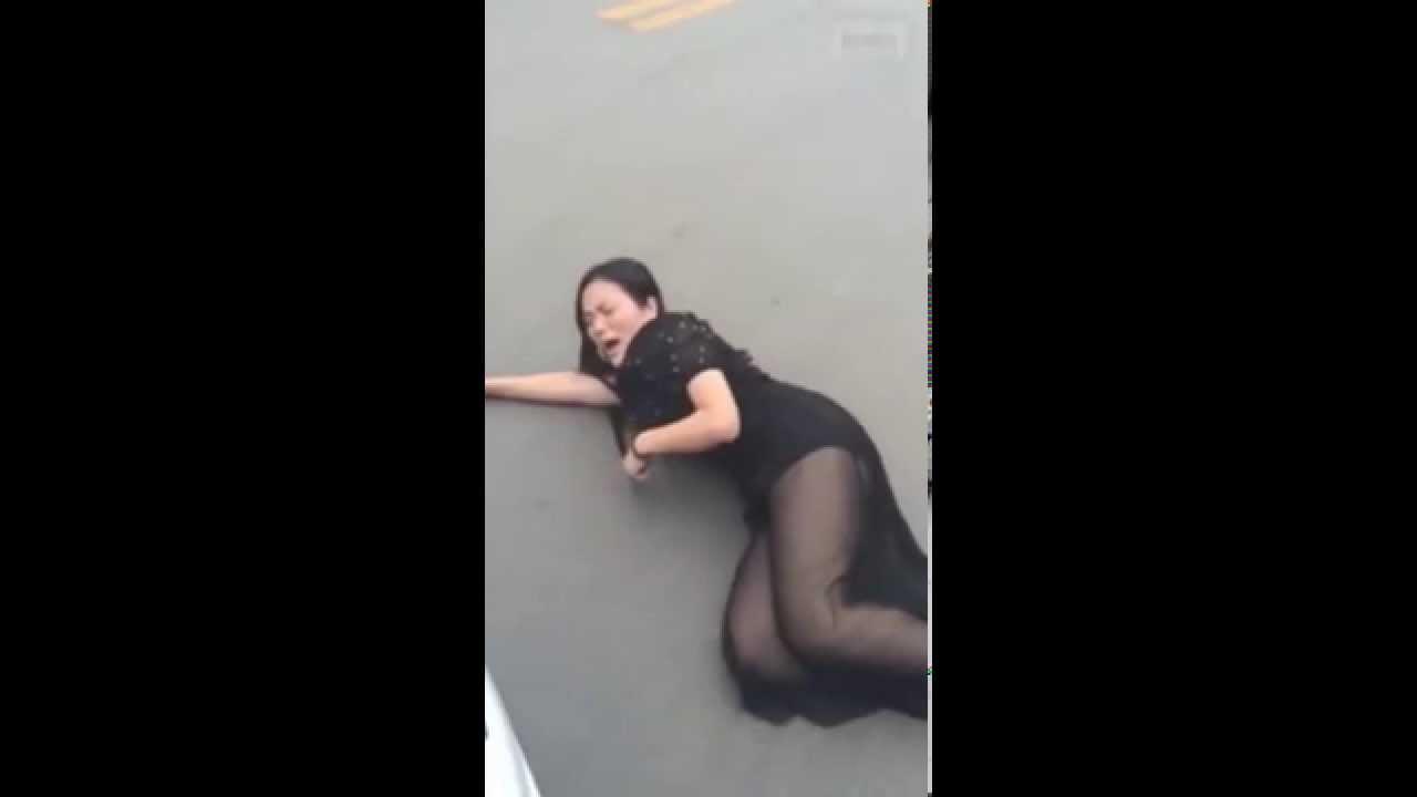 【中国】美人な当たり屋、警察に連れて行かれる