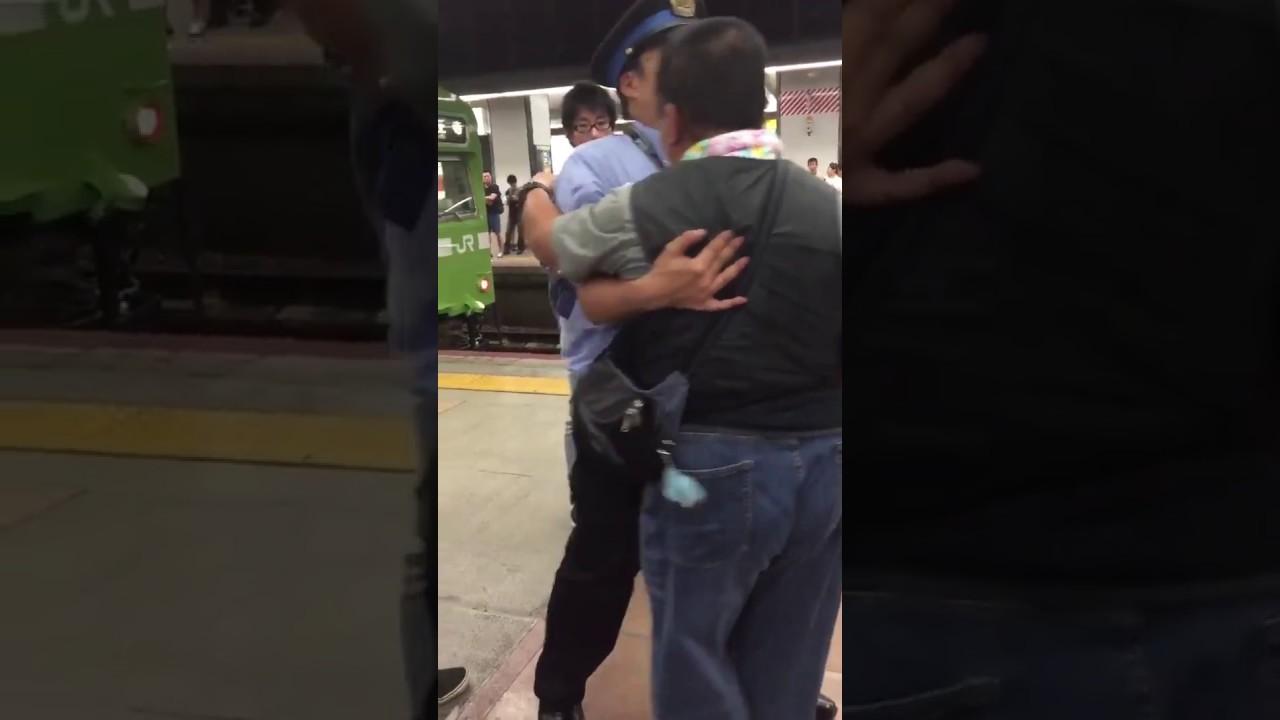 電車遅れておっさんと若者と喧嘩!キレて仲裁の駅員の首を絞めるおっさんがヤバすぎるww【Twitterで話題の動画】