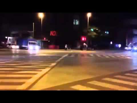 沖縄暴走族 パトカーの前で転倒
