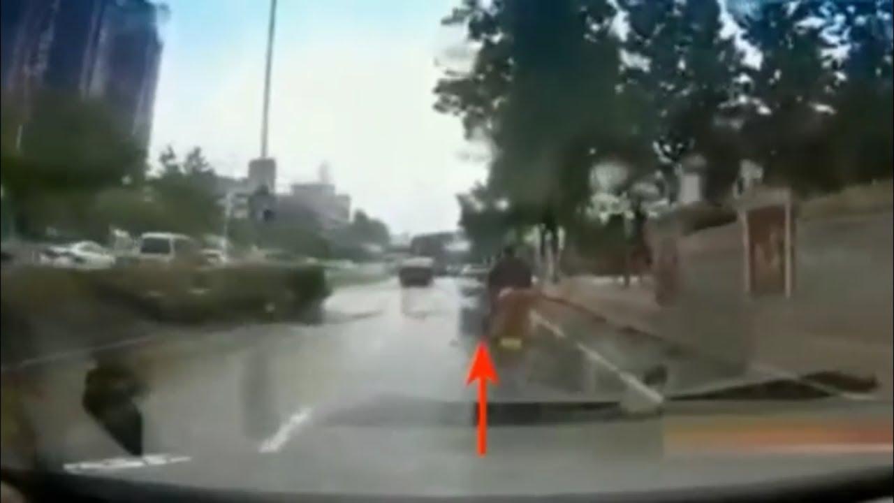 【中国クオリティ】冠水道路で思いっきり水を浴びせられるバイク