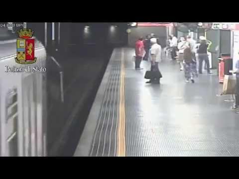飛び込み自殺を図った女性を間一髪で救出 地下鉄の監視カメラが捉えた緊迫の瞬間
