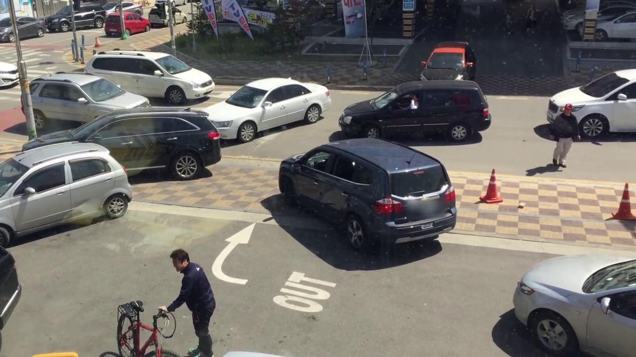 韓国笑える運転事情 マクドナルドの駐車場が修羅場状態、設計ミスか国民性の問題か!やっぱ韓国だよなと思ってしまいます。