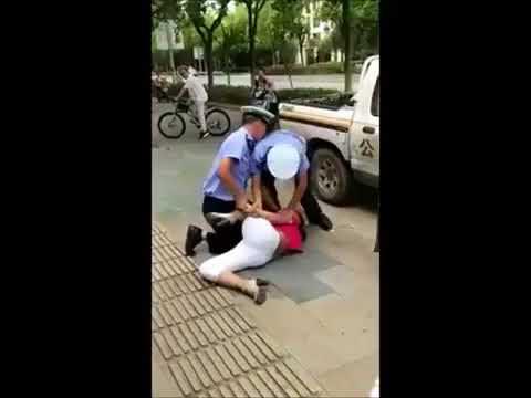 赤ちゃんと一緒に女性を投げ飛ばして民衆にフルボッコにされてる警察官