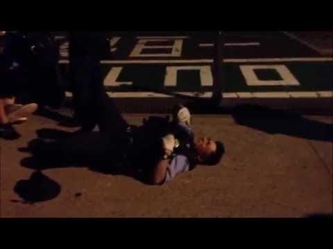 【警察が怪我をしながらも犯人を捕まえる衝撃動画】