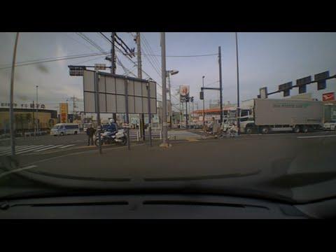白バイの甲高いサイレン音にビックリしたおじいちゃんがキレる!交通機動隊が謝り緊急走行で違反車を追跡するコントのような瞬間!ドライブレコーダー