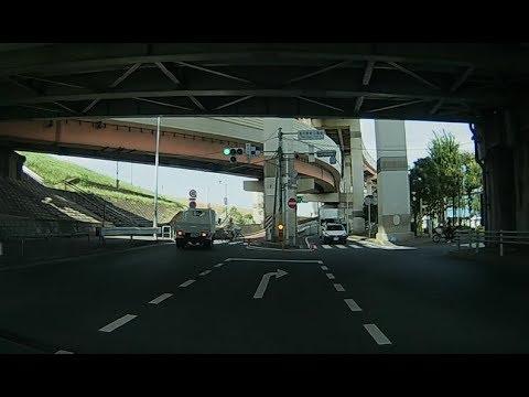 マジ神回避!!!信号無視の自転車をトラックが間一髪で避ける事故回避の瞬間!!!トラック運転手が怒りのクラクションと罵声を浴びせる!!ドライブレコーダー
