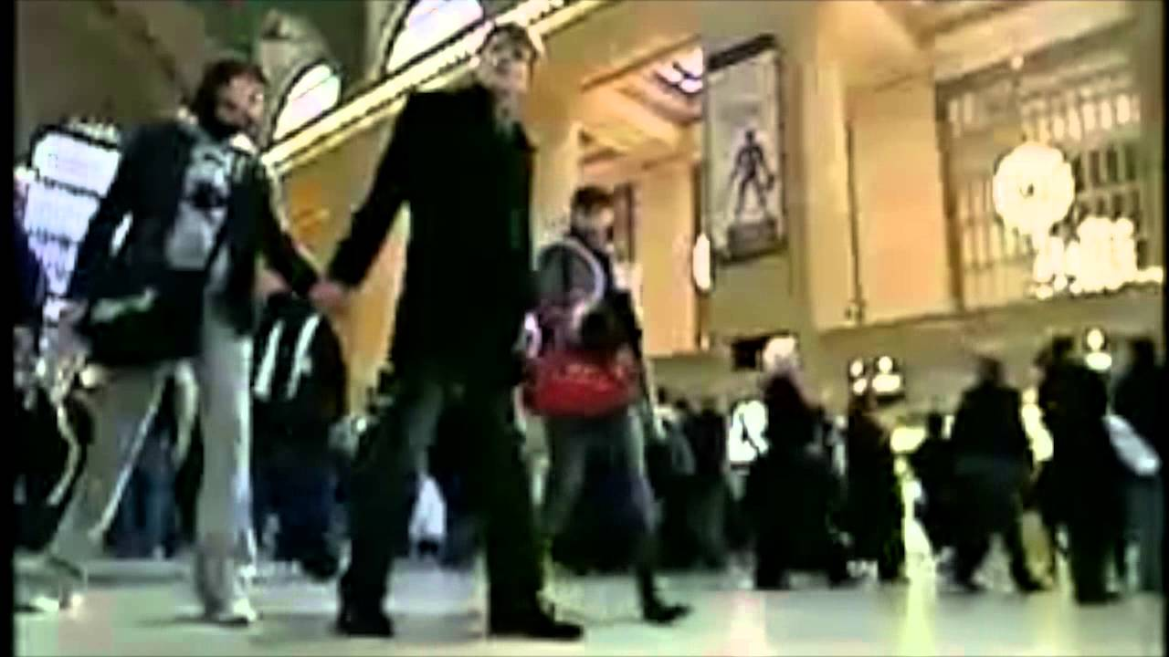 ドッキリ!海外 サプライズ!駅のホームで200人の動きが止まってしまう素敵どっきり!
