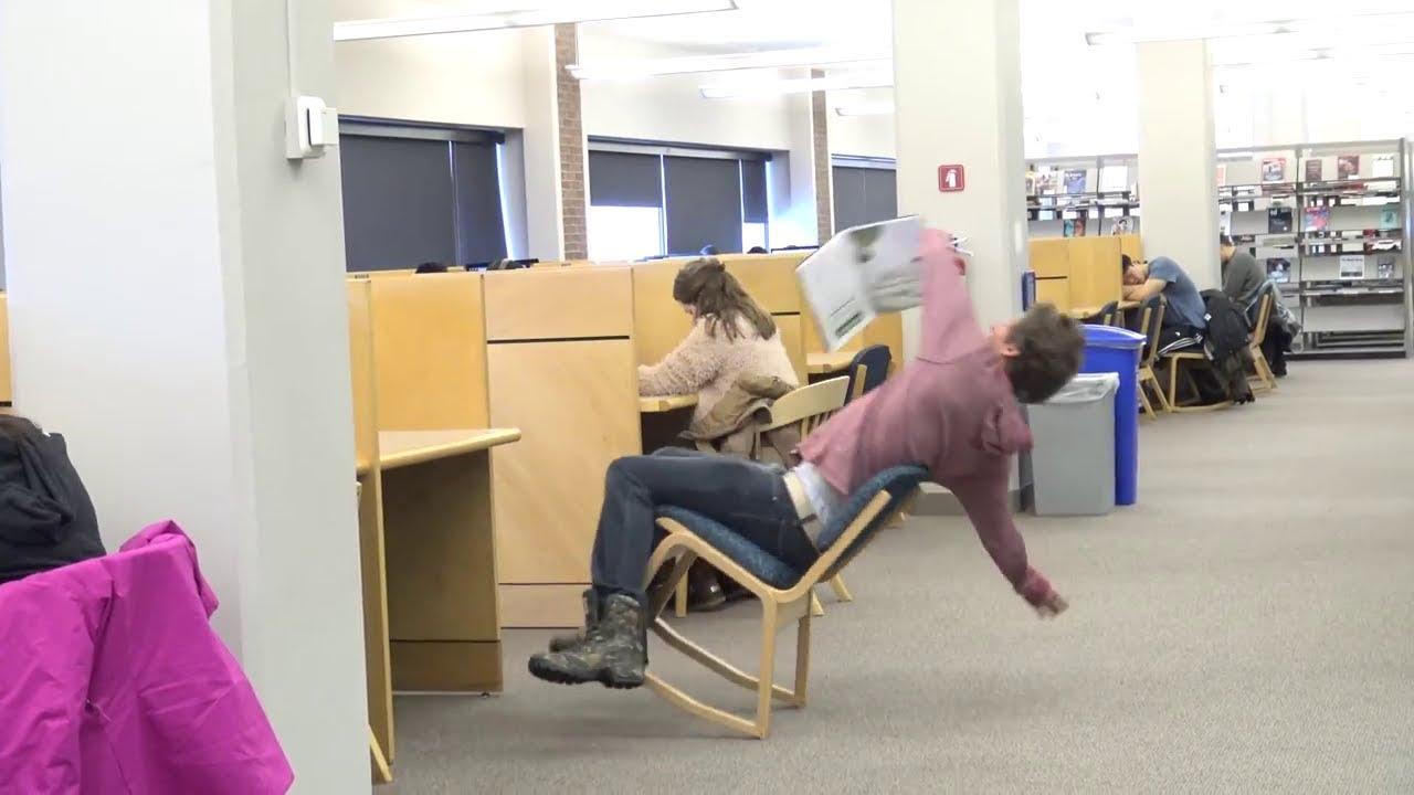 【日本語訳付】[図書館にキチガイ現る!?]イタズラの天才!椅子で転ぶ