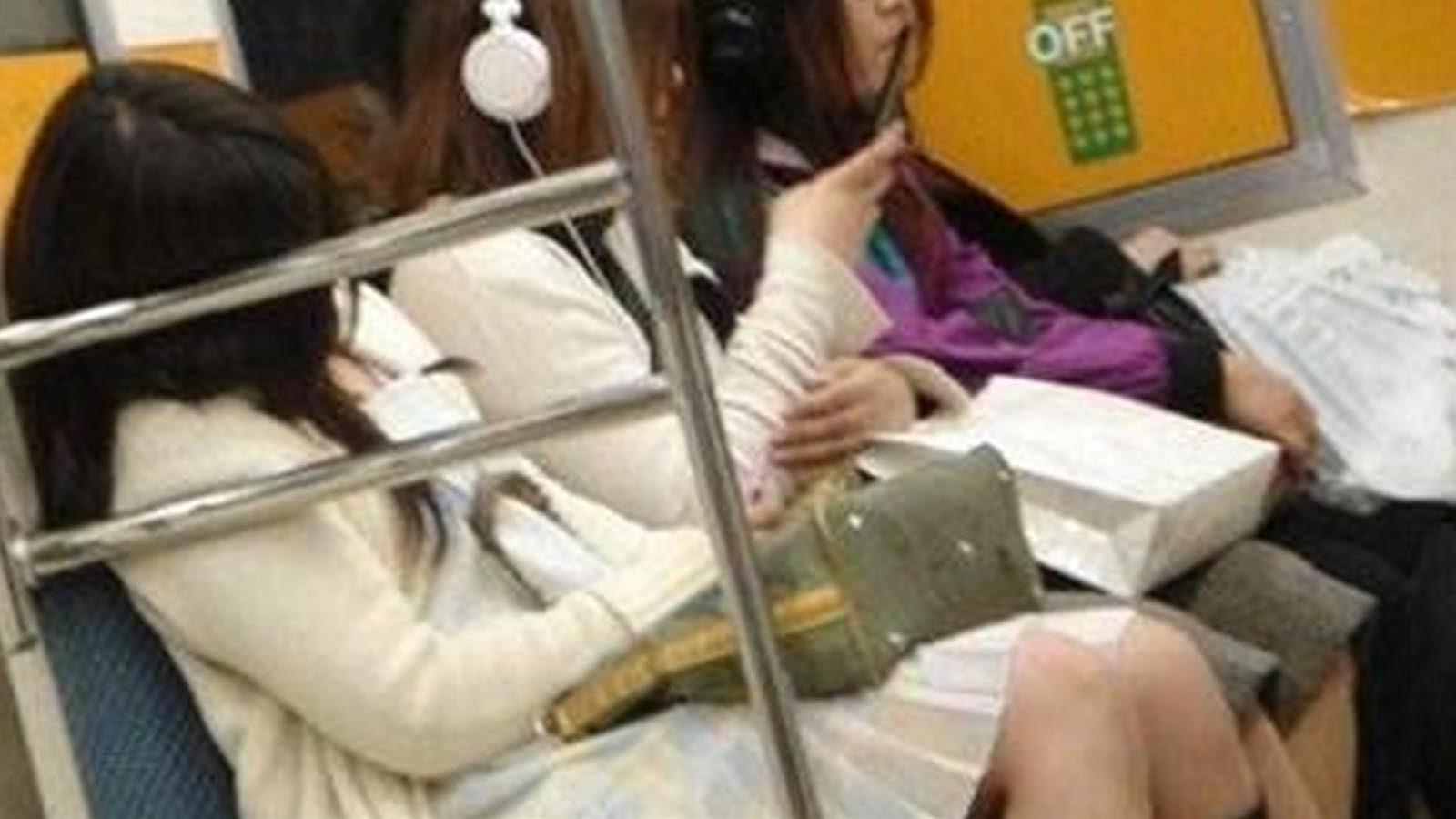 電車で席を奪い取ろうとする老人に対し、若者が放った言葉が突き刺さる!