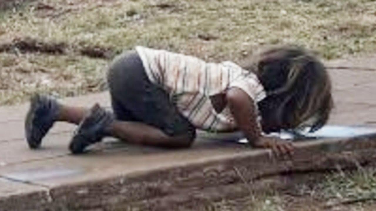地面に跪き泥水舐める女児、アプリで元カノを監視した男、飛び降りを間一髪で阻止した消防隊員、ながらスマホで足切断の女性他……2018年1月第1週 – トモニュース