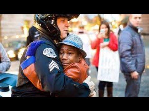 【涙腺崩壊】人種差別を受ける黒人少年と白人警官がハグをする一枚の写真。少年の涙に、全米も涙
