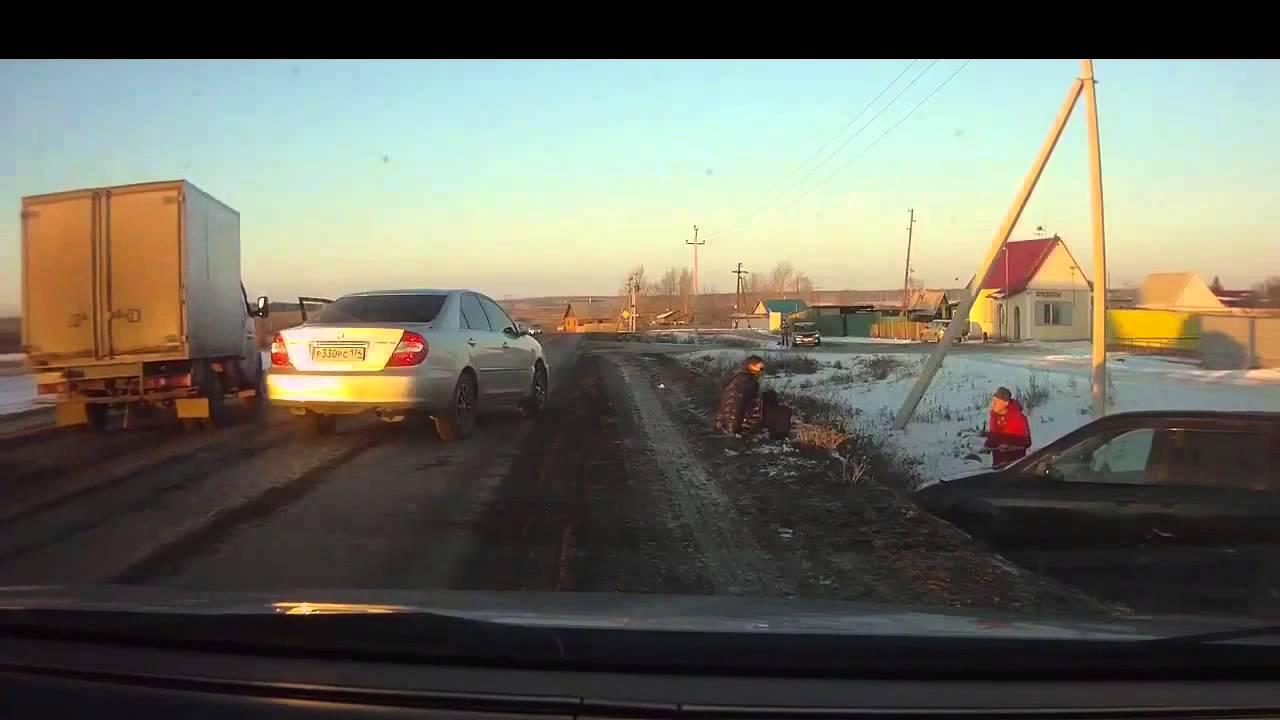 【おそロシア】交通トラブルでナイフ男とスコップ男が対決w