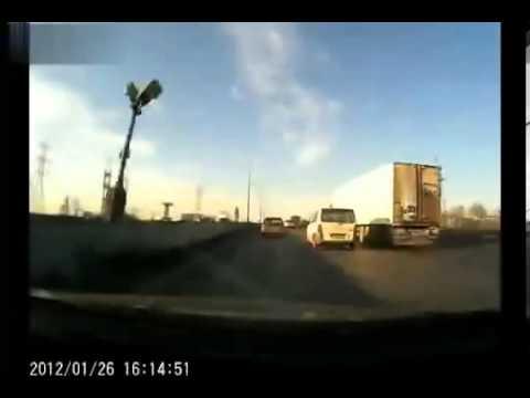 高速道路で左右に追い抜きまくりのDQNが大正義トラックに衝突して大破、ざまぁww ドライブレコーダー