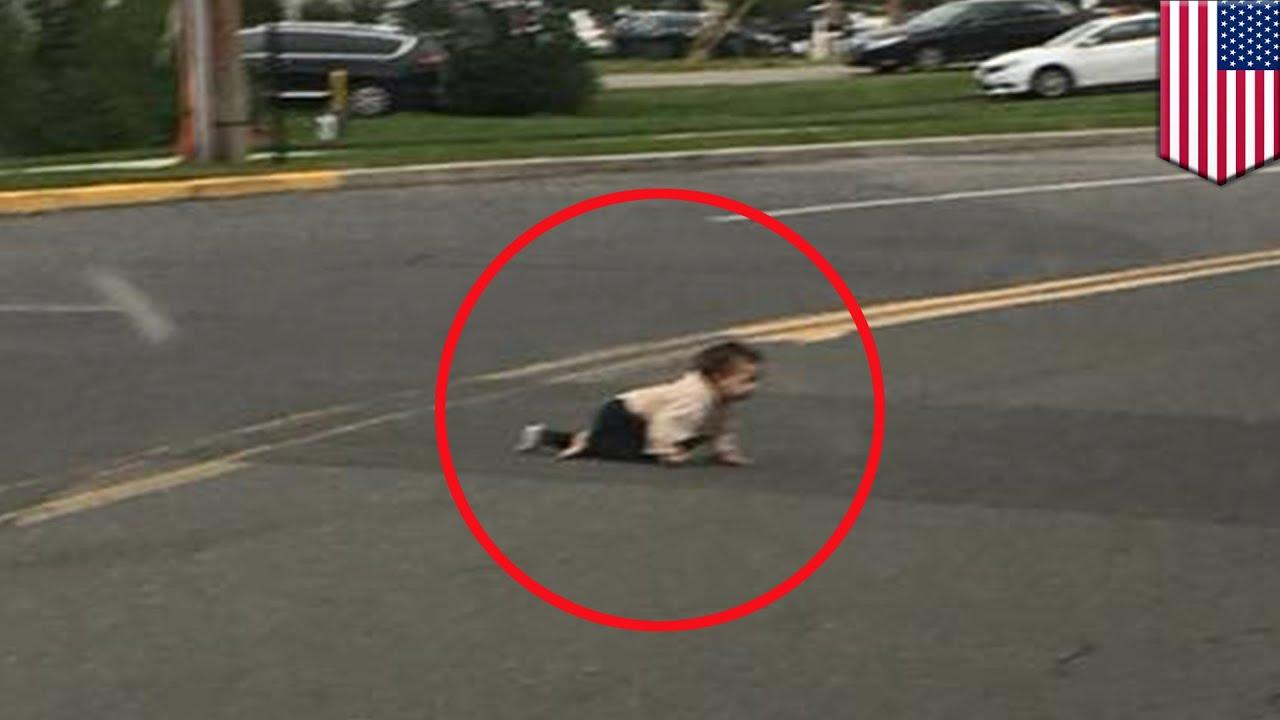 道路上を幼児がハイハイで横断 助けた黒人男性にも非難殺到? – トモニュース