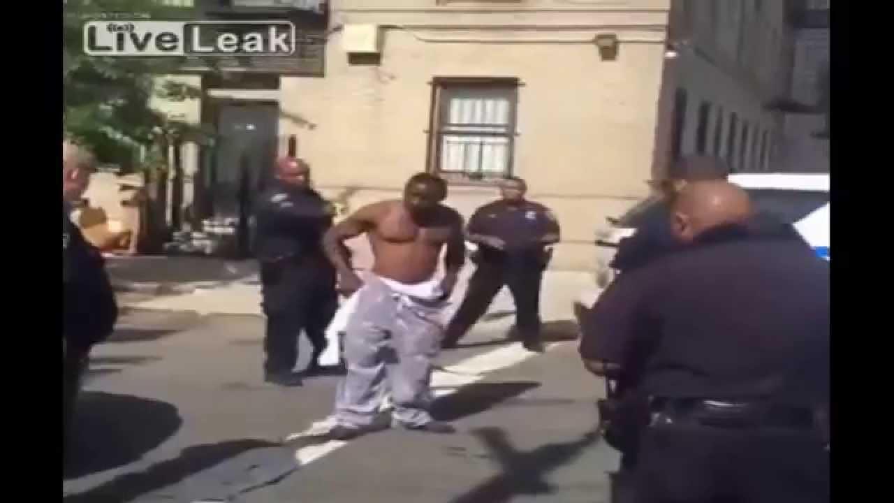 (閲覧注意)アメリカ警察官vs黒人の喧嘩 テイザーガンを背後から至近距離で発砲し制圧する瞬間