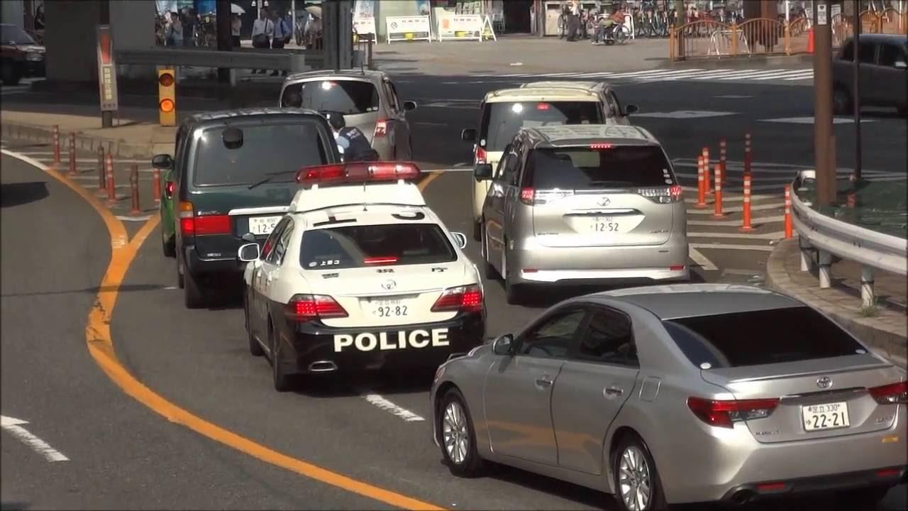 こんなに目立つ車がパトカーの目前で違反して捕まる