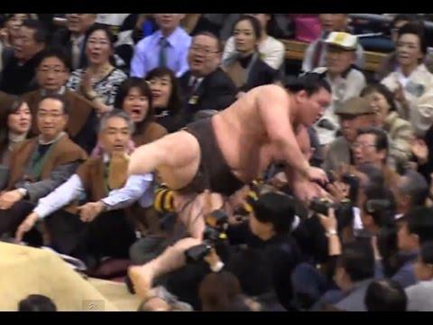 白鵬、勢い余って客席へダイブ 大相撲大阪場所2015 5日目 宝富士戦