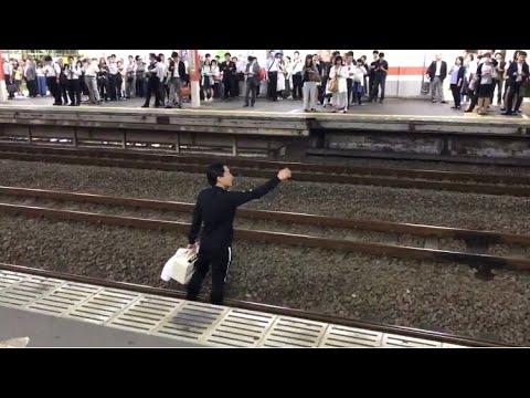 駅の線路に降りてアメリカ 空爆 と叫ぶキチガイ現る!wwwwwwwwww