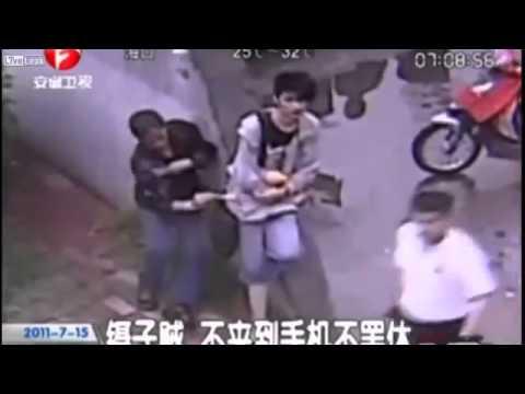 大胆なスリ泥棒 携帯電話を盗む瞬間 でも意外が発生