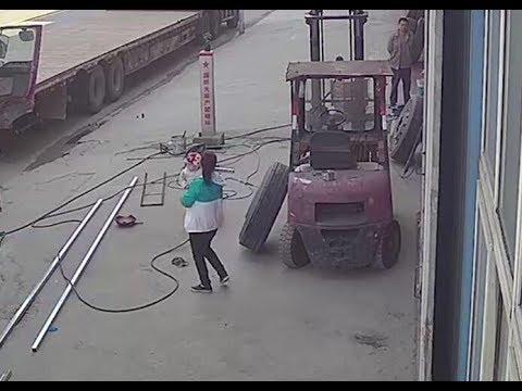 中国で衝撃的な事故、タイヤ爆発で女性と赤ちゃんが吹き飛ぶ#轮胎爆炸气浪掀飞母亲和怀中婴儿#china tire blast