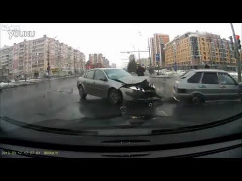 【交通事故】 衝突事故を起こした車が美女に突撃 危機一髪 【ドラレコ】
