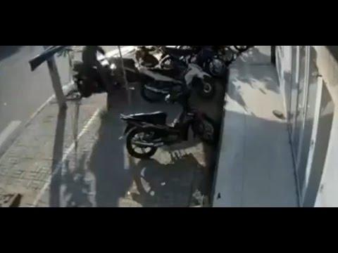 【観覧注意】危険すぎる!バイクが突然ジャンプ!バイクに突っ込む運転手の運命はいかに!?