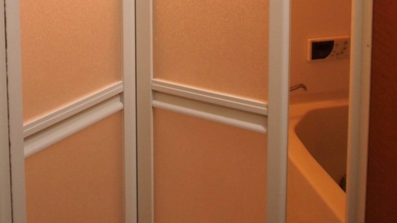 バスルームを一気に開けると意味不明の2人組が…その後、衝撃の事実が判明!【感動する話】