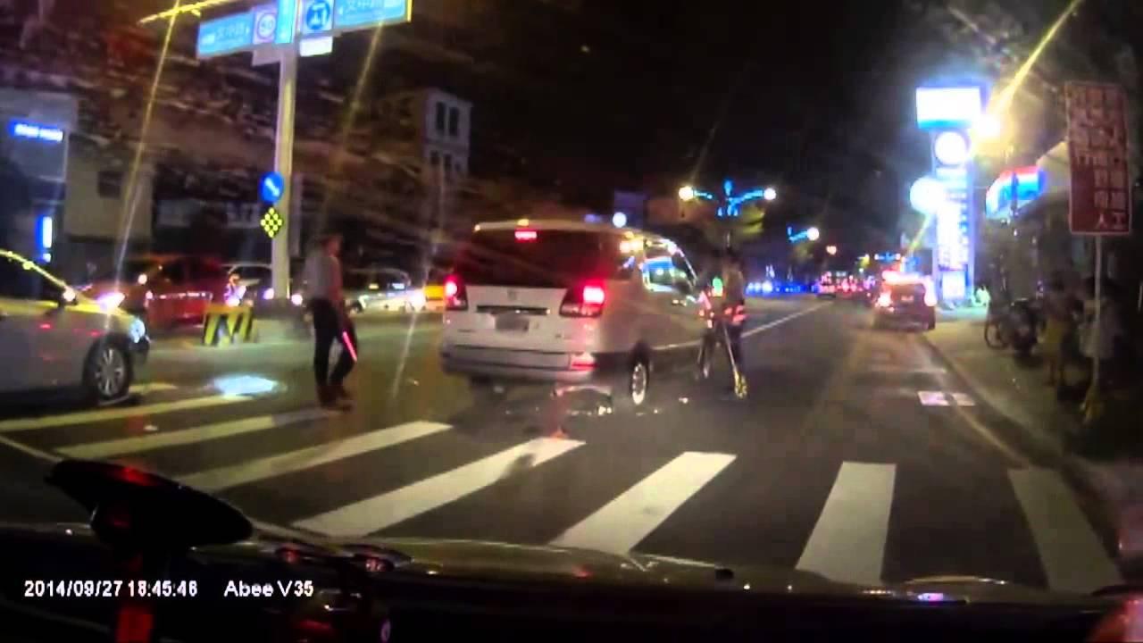 警察が現場検証中のバイクを轢いちゃうミニバンワロタww