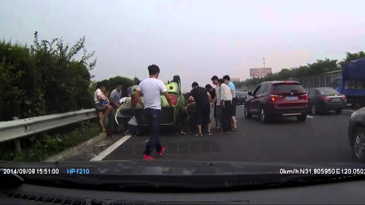 ドライブレコーダー 高速道路で横転した車から子供達を助け出す!!
