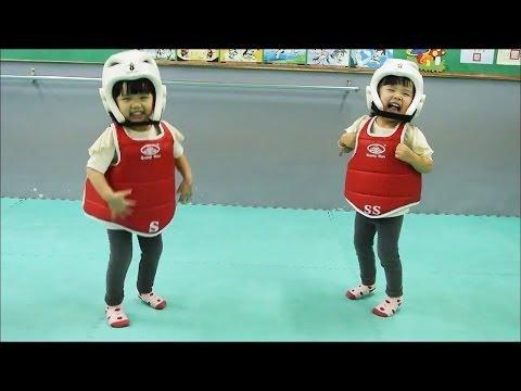 【ニッコリ動画】小さな双子ちゃんによるテコンドーのスパーリングが可愛い。