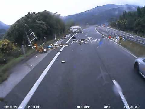 【閲覧注意】高速道路の事故で人が車外に投げ出される ドライブレコーダー