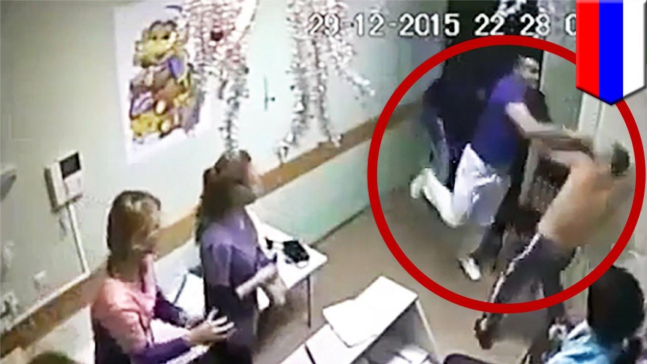 医者が患者の顔面を殴り、死亡させる映像 ロシアの病院で撮影