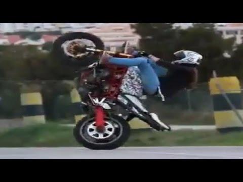 【海外】パワフルなバイクをウイリーさせる女子ライダーのテクニックがヤバすぎる!