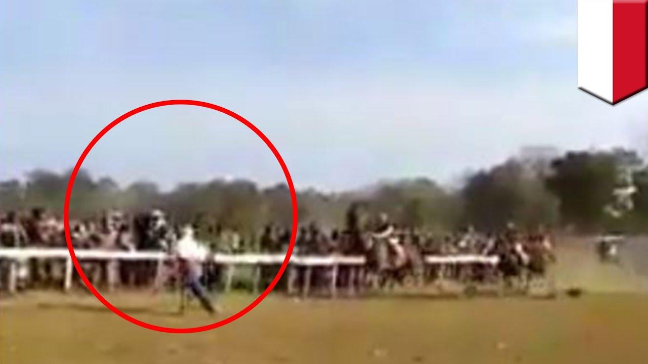 【競馬】女性がレース中のコース横切り 馬と衝突 – トモニュース