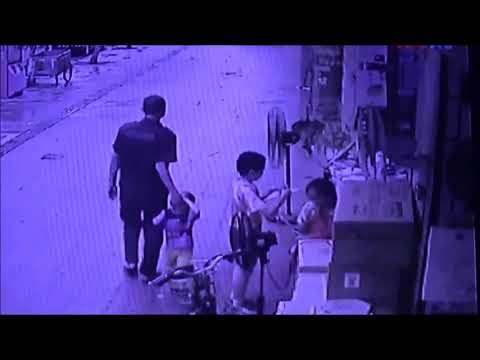 中国 父が母が兄が、間一髪で誘拐から救う!