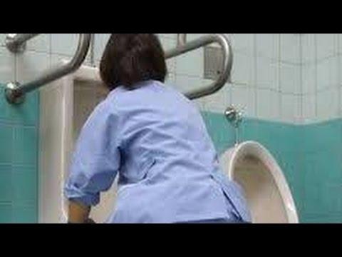 【涙腺崩壊】トイレ掃除の女性を馬鹿にした学生。しかしある男性の一言に彼らは凍りつく
