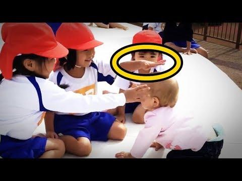 【海外の反応】衝撃!日本の園児と白人の赤ちゃんの交流風景に世界が感動!外国人「日本人は子供の時からすごい!」びっくり!