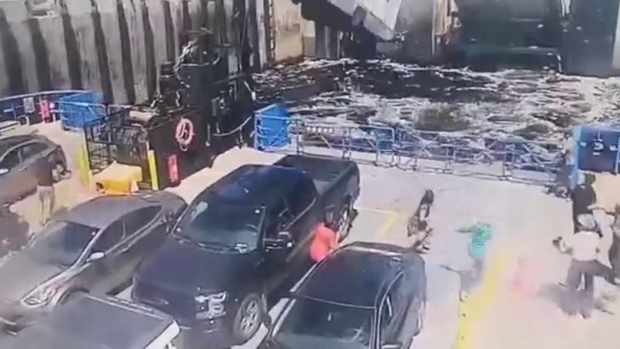 カナダでフェリーにRV車がカージャンプし衝突、衝突の瞬間映像、踏み間違いか