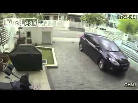 【衝撃映像】強盗を女性が返り討ちしてフルボッコ!