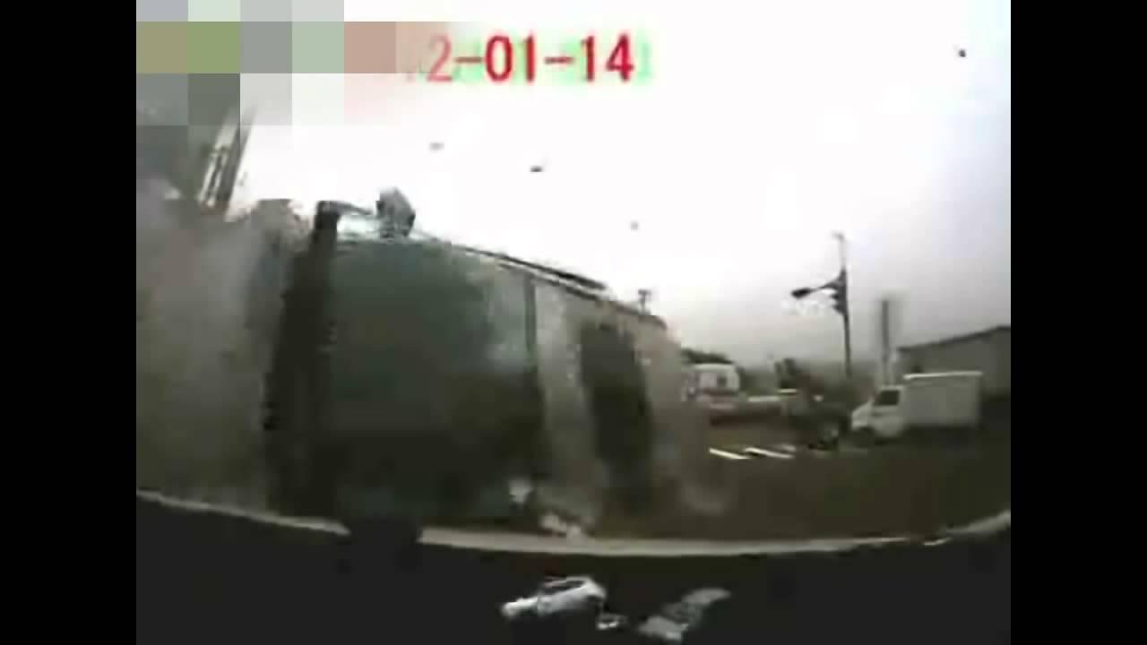 危機一髪目の前でハイエースが大事故!九死に一生を得たドライバー(ドライブレコーダーによるクラッシュ撮影)